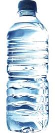 Agua en botella de plástico